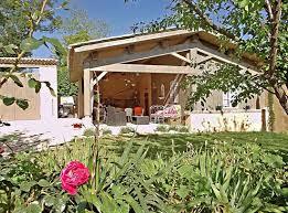 cuisine d ete couverte cuisine d été et terrasse couverte avec coin salon photo de la