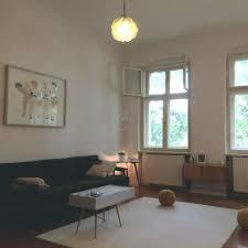 schönes gemütlich eingerichtetes wohnzimmer mit