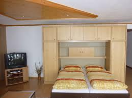 wohnzimmer schrankbett schwarzwald ferienwohnung südterrasse