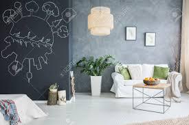 graue wand und weiße möbel im modernen wohnzimmer