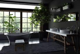 geräumiges badezimmer interieur konzept mit schwarzen wänden und boden pelz teppich in der nähe freistehenden metall bad gegen helle breite