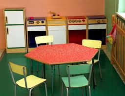 jouer a la cuisine jouez la cuisine et les chaises pour jouer dans une crèche photo
