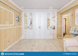 die einrichtung des luxuriös eingerichteten wohnzimmers ist