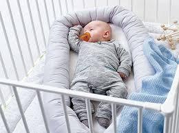 comment mettre un tour de lit bebe réducteur de lit bébé pourquoi l utiliser et comment bien le