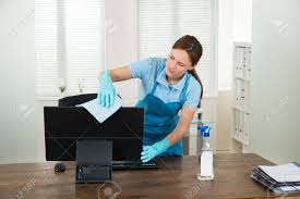 vetement de bureau femme en vêtement de travail frotter ordinateur de bureau