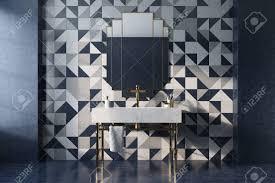 vintage badezimmer interieur mit einem weißen waschbecken gold beine und eine mosaik wand mit einem original spiegel konzept luxus und reichtum