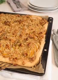 birnen blechkuchen mit walnuss mandel karamell