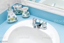 detailansicht oben blau blaugrün türkis moderne farbe bemalte badezimmer geflieste wände spiegel waschbecken wasserhahn mit flüssigseife dispenser