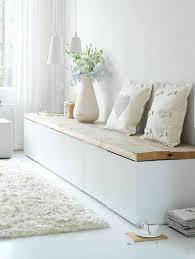 sitzbank mit stauraum deko kissen vase garderobe mit