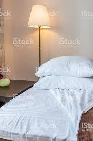 kissen auf dem bett und le mit tisch im schlafzimmer stockfoto und mehr bilder behaglich