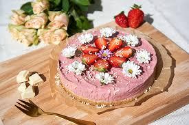 no bake käsekuchen mit erdbeeren und rhabarber luftig fruchtig vegan