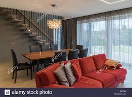 essbereich und wohnzimmer im inneren des modernen haus