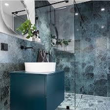 badfliesen in marmoroptik petrolblau grün glasduschkabine