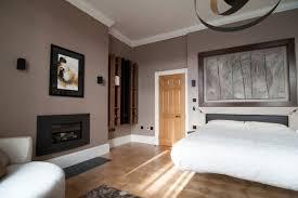 taupe wandfarbe im schlafzimmer und holz akzente wandfarbe