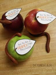 Healthy Halloween Candy Alternatives by Easy Halloween Teacher Gifts Apple Gummy Worm U0026 Printable