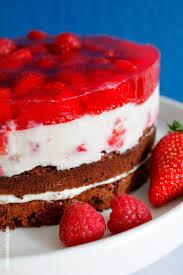 frischkäse sahne torte mit erdbeeren und himbeeren