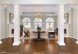 grand foyer und ein wohnzimmer mit weißen säulen halbe runde fenster stockfoto und mehr bilder architektonische säule