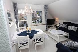 geräumiges wohnzimmer in blau weiss ferienwohnung bisschen