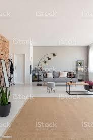 im modernen wohnzimmer interieur mit grau beige teppich industrielle couchtisch aus holz und stilvolle le echtes foto mit textfreiraum an der