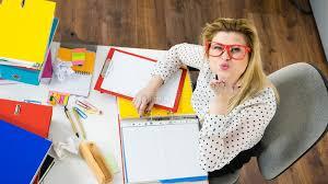 baise au bureau femme heureuse d affaires dans le baiser de coup de bureau photo