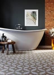 modernes badezimmer mit weißen wänden und waschbecken und