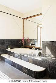 schwarzer marmor umgeben badewanne in luxus badezimmer