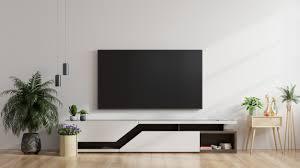 led fernseher an der weißen wand im wohnzimmer minimales