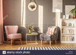 grau und rosa sessel in femininen wohnzimmer interieur mit