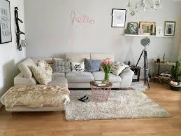 liebevoll eingerichtetes wohnzimmer mit großer sofa
