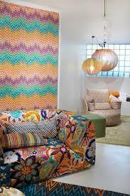 buntes gemustertes wohnzimmer im 70er bild kaufen