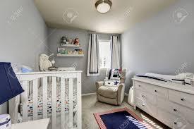 baby schlafzimmer interieur jungen raum graue wände und weiße holzmöbel kommode krippe