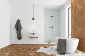 modernes badezimmer interieur mit weißen und dunklen holzwänden ein großes fenster eine badewanne ein waschbecken und eine dusche spott der