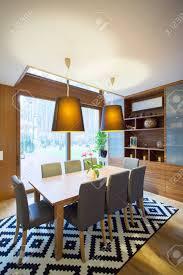 moderne geräumige esszimmer mit phantasie teppich