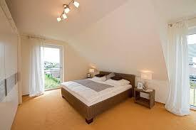 das elternschlafzimmer ist dank der bodentiefen fenster hell