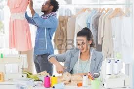 bureau de styliste couture couturier avec la machine à coudre banque d images et