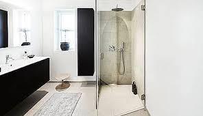 das vollendete badezimmer wird erst mit großen fliesen und