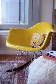 chaise a bascule eames inspiration deco fauteuil a bascule eames jaune bedroom