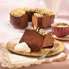rehrücken kuchen mit schokoladenglasur und mandelstifte gespickt