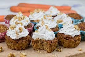 saftige vegane karotten muffins mit cremiger kokoshaube