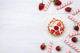 draufsicht kleine leckere torte mit sahne und geschnittenen