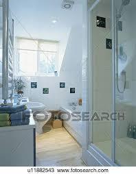 klein modernes weiß dachgeschoss bekehrung badezimmer