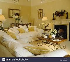 weiße sofas mit holz metall tisch neben dem kamin im