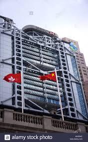 hsbc siege bâtiment du siège de la hsbc hong kong avec les drapeaux de hong