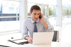 bureau homme d affaire portrait d homme d affaires parlant sur le téléphone portable dans