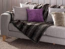 plaid sur canapé ambiance coussins et plaid fourrure déco cocooning