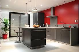 meuble suspendu cuisine tuile de mur briques grises lisses comptoir dîlot cuisine en bois