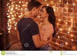 junge paare die im schlafzimmer küssen und umarmen solch