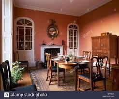 traditionelle esszimmer mit terracotta farbe wände holz