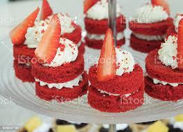 mini velvet cake with strawberry stockfoto und mehr bilder backen