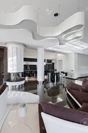 modernes luxusinterieur im minimalistischen stil wohnzimmer und küche bei tageslicht